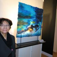 Suzanne Philidet devant une de ses oeuvres au Musée des Civilisations